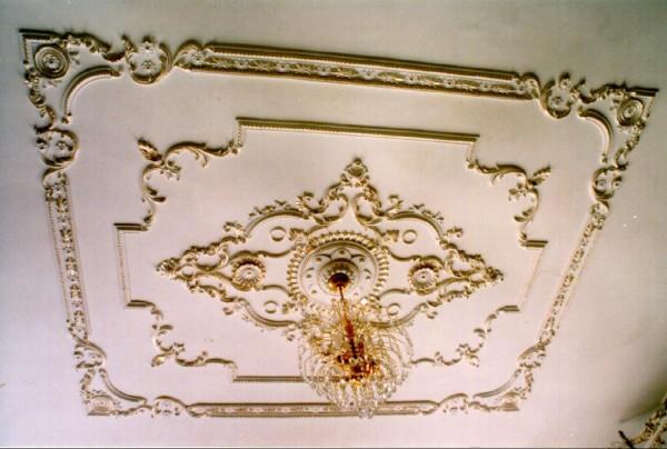 узоры на потолке из гипсовой лепнины